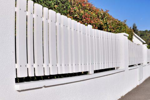 Clôture blanche en PVC