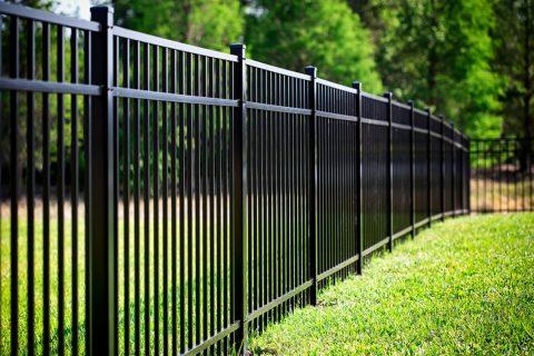 Une clôture en aluminium dans un jardin