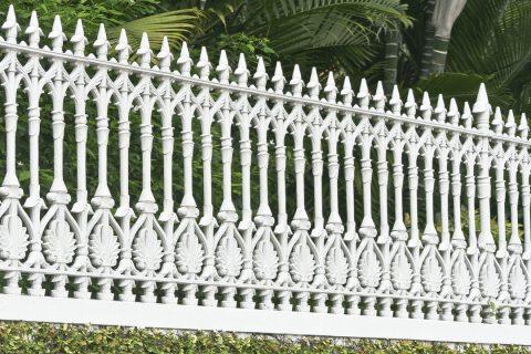 Clôture métallique blanche