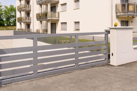 Un portail gris clair