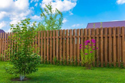 Une grande clôture en bois