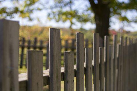Une petite clôture en bois